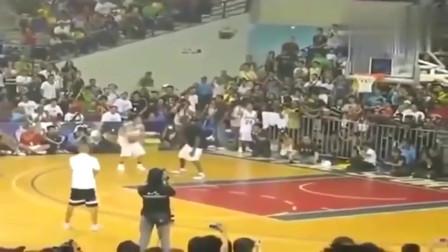 菲律宾球员单挑科比,科比一个闪步,菲律宾球员:人跑哪去了?