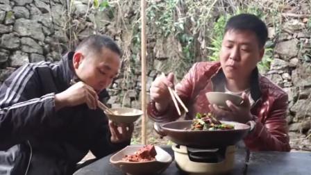 农村小伙做羊肚吃配上自家的萝卜一起炖兄弟两吃香了