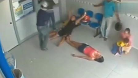 女子遇到抢劫,机智的平躺地下,监控还原全过程