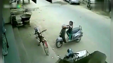 监控:父亲一时疏忽, 险些发生意外, 监控拍下惊险的一幕
