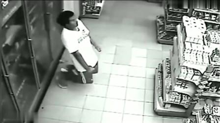 监控实拍:男子遭遇恐怖鬼上身,浑身抽搐