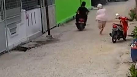 女子骑车刚到家门口,突然发现不对劲,跑还来得及吗