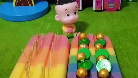 大头就给爸爸妈妈铺床,还给围裙妈妈床上放满糖果,大头真是一个孝顺的好孩子!
