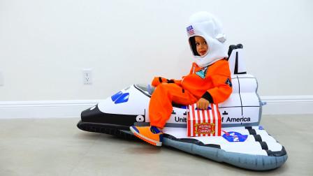 哥哥的早餐忘记带了,萌娃小可爱驾驶航天飞船前去送饭,小家伙们可真是会玩呢!