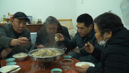 老爸想吃酸菜炖白肉,阿远用猪大骨吊汤,酸菜白肉炖一锅,真舒坦