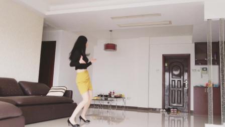 客厅广场舞 住一楼就是好 特殊时期在家安心跳舞不扰民