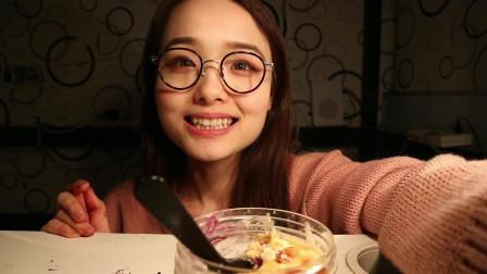 哎哟阿尤上海吃播,肉松面包爆多酱料!少女食欧包测评,美女妹子吃播总爱看,实实在在的为人,一点也不做作