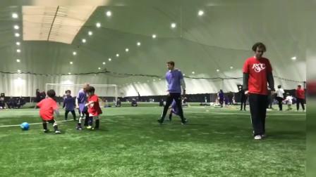 看看国外的小朋友踢球,哪个具有巨星像?