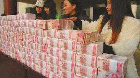成捆的人民币被摆放在越南街道上,究竟要做什么?看完有点不敢信