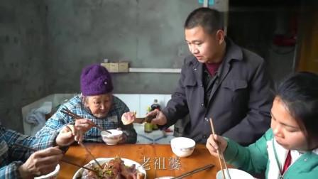 农村王四:四哥老爸下厨蒸猪蹄,当王四切开的那一刻,有点看饿了的感觉!