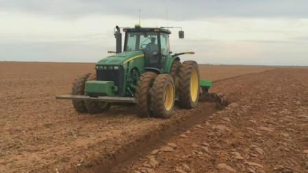 机械化农业,重型拖拉机犁地快速翻开土地