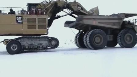 履带套车轮,重型履带挖掘机套上车轮在重卡牵引下前进