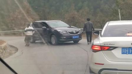 弯道上遇到的一幕,看到女司机下车的那刻我安心了,现在出门开车真危险!