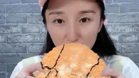 小美女吃播:大篮球蛋糕、半熟芝士、甜甜的超美味