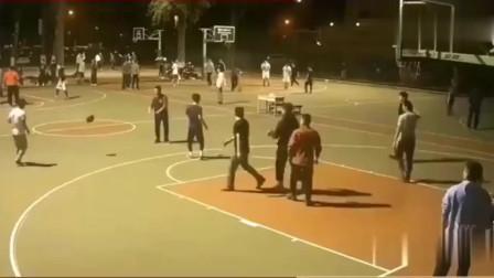 野球场上打篮球能做出这种运球的人, 一定受过专业训练