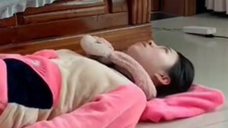 老婆学蛆动说膝盖受不了,我叫她翻个身动就很简单了,结果作茧自缚!