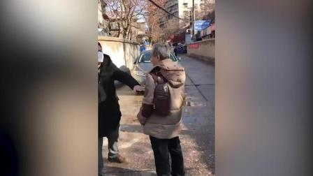 武汉一老人不戴口罩上街,冲上前吵架,吓得防疫人员直躲