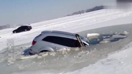 奥迪Q7冰面越野坠入冰窟,缓缓沉入水底