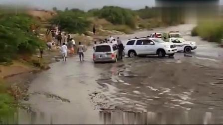 一群年轻人河道里玩越野车, 没想到水库开闸放水了