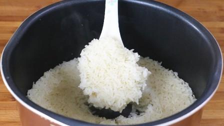 米饭别用清水蒸,教你小妙招,蒸出米饭喷香,没菜也能吃3碗!