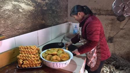 西北人喝茶喜欢吃酥脆麻花,老妈炸一大盘,2人边吃边喝