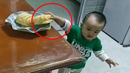 宝宝悄悄拿走一个花卷,接下来这画面令人笑翻,网友:是个老手!