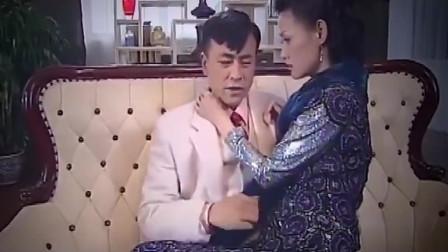少妇太开放了,老公刚离开,  就和情人在客厅抱在一起