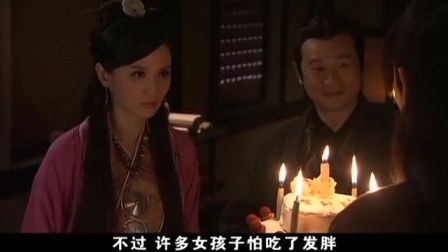 神话:高要给小月做了一个生日蛋糕,还唱起了生日快乐歌
