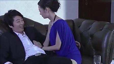 美女为得到男子芳心,在男子面前上演美人计,不料却被保姆撞个正着!