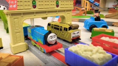 托马斯小火车运输积木 裁判胖总管观看比赛