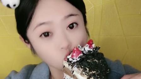 萌姐试吃:一大个黑森林蛋糕,真是太能吃了!
