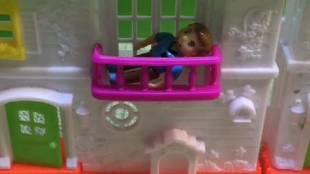 儿子卡在阳台上了,怪兽还想吃了他,谁来救救他呢?