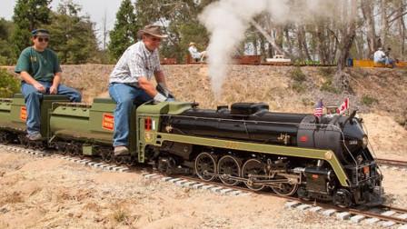 国外这位退休老人火了!他为孙子制造出蒸汽火车!跑起来真拉风