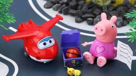 猪爸爸猪妈妈带着佩奇和乔治来到沙滩玩,佩奇意外捡到一个漂流瓶