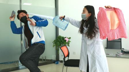 实习护士为练习打针,白送奥特曼卡牌,不料学生自制假屁股