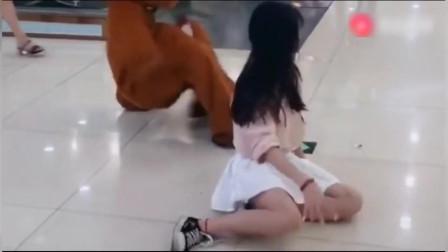 网红熊商场撩妹,没想到接连遭到重创,太搞笑啦!