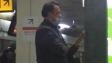 男子在外戴口罩只遮口不遮鼻 网友:错误的戴法