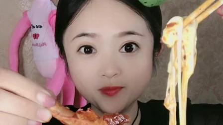 萌姐试吃:自热火锅,蔬菜干,看起来好好吃呀!小姐姐糖果美食彩色糖果美女吃货巧克力雪糕果冻