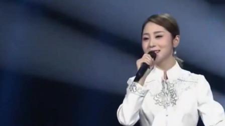 云飞老婆翻唱杨钰莹的成名曲,甜甜的歌声迷倒众人,台下一片桃花眼
