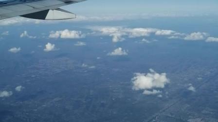 飞机在天空中翱翔,鸟瞰地球美景