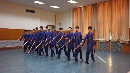 北舞男子古典舞剑舞,勾脚回头望剑, 舞剑的帅哥英气逼人!