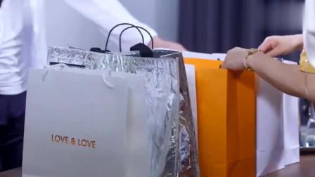 王伟签了一个订单,为了庆祝给妈妈买了好多衣服,不料拉拉竟吃醋了!