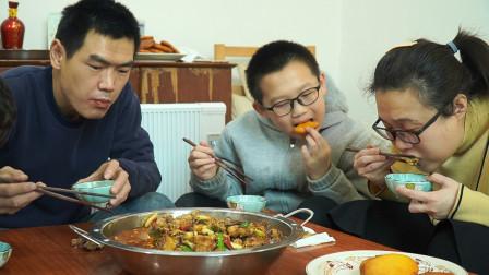 阿远老婆想吃火锅鸡,阿远一下炖了两只,配上饼子吃才够味