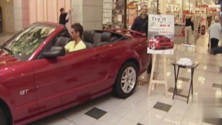 国外爆笑街头恶搞:小伙商场试新车,交警却给他贴罚单