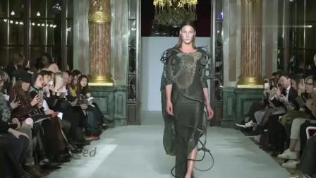 时装秀:小姐姐身穿长款连衣裙,衬托的恰到好处!