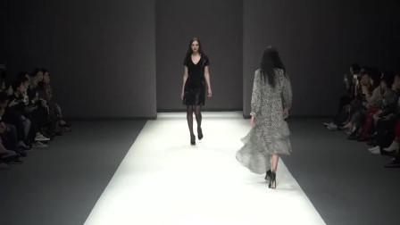 时装秀:V领丝绒黑裙,低调贵气尽显女人味,很适合出席重要场合