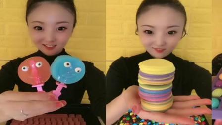 小姐姐直播吃:笑脸果冻糖,巧克力片,看着很好吃的样子