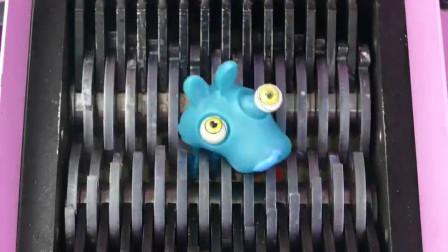 """将""""果冻、怪物玩具""""放入切割机内,看了挺过瘾的,实在是太减压了"""
