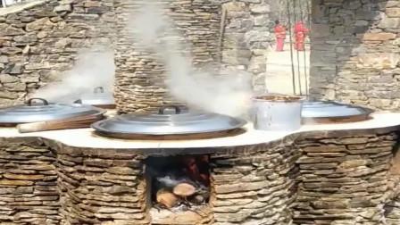 见过的农村最有创意的灶台,几口大锅同时烹煮美食,广东的有见过这种的么