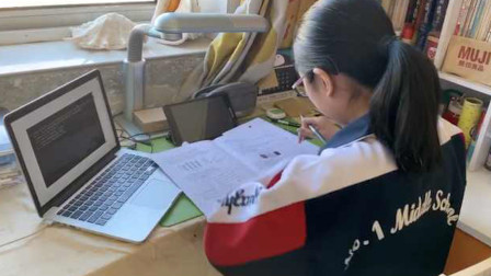 中学要求学生穿校服老师着正装上网课:提高上课专注度